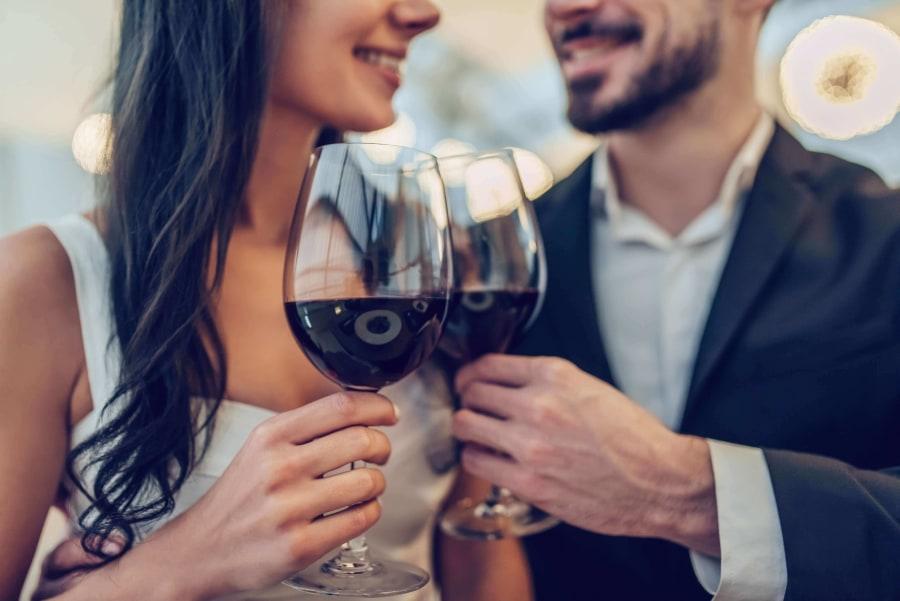 Paar stoßt beim ersten Date zusammen an