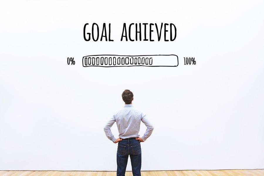Mann freut sich über seine Errungenschaften