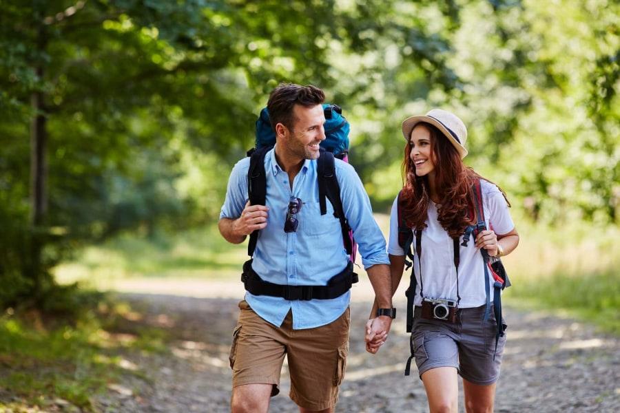 Paar geht zusammen wandern