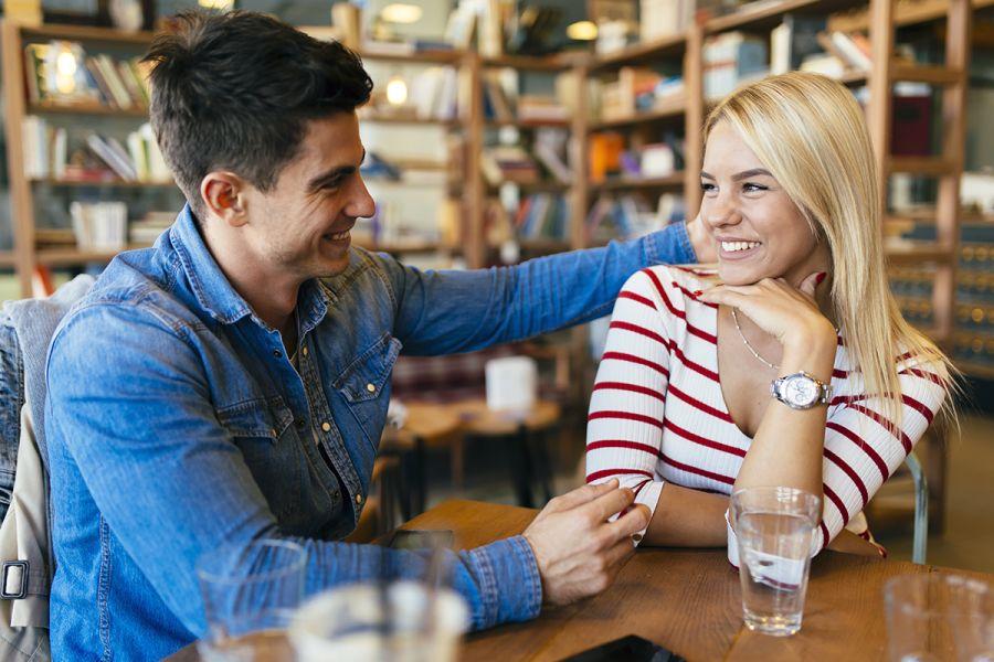 Frau und Mann flirten miteinander