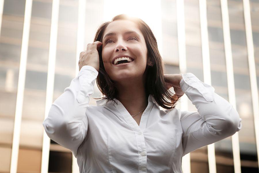 Frau lacht und freut sich