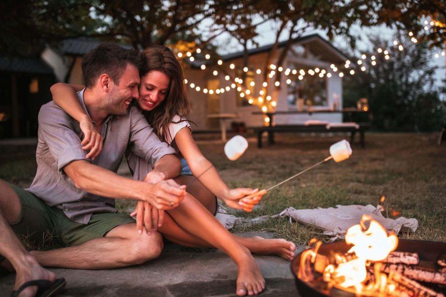 Paar sitzt romantisch am Lagerfeuer